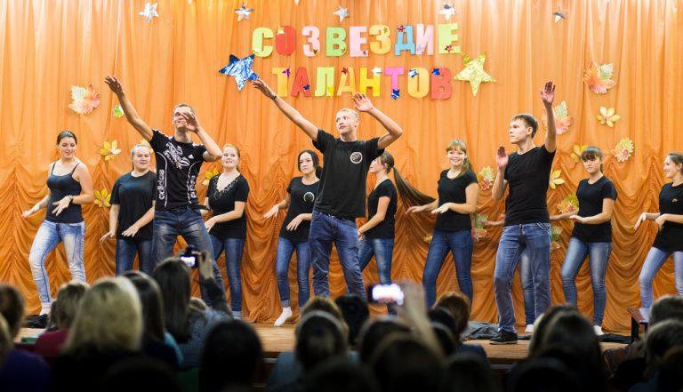Танец в исполнении студентов отделения прикладная информатика