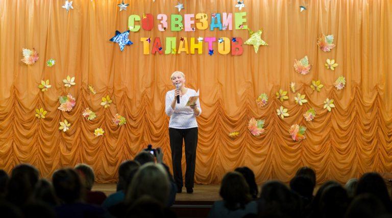 Стихотворение «Я знаю тайну» исполняет Смоленцева Анастасия, 4 «нк»