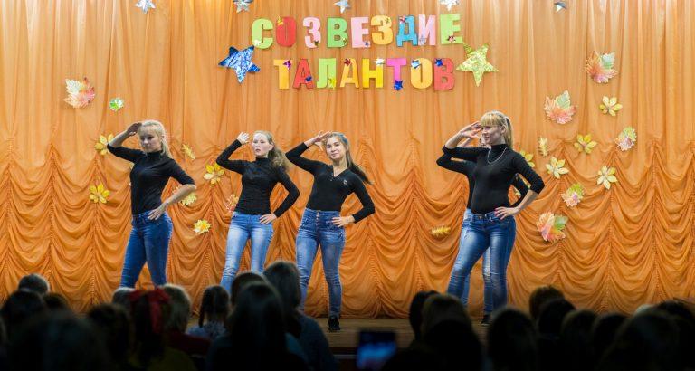 Группа нового набора дошкольного отделения 1 «до1» исполняет танец «Полисмен»